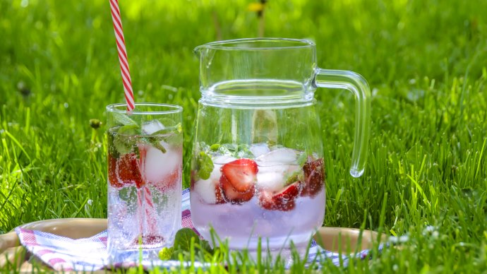 Wallpaper: Cold Drink with Strawberries