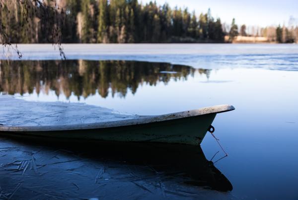 jäätynyt järvi keväällä vene uponnut veteen vene jään alla