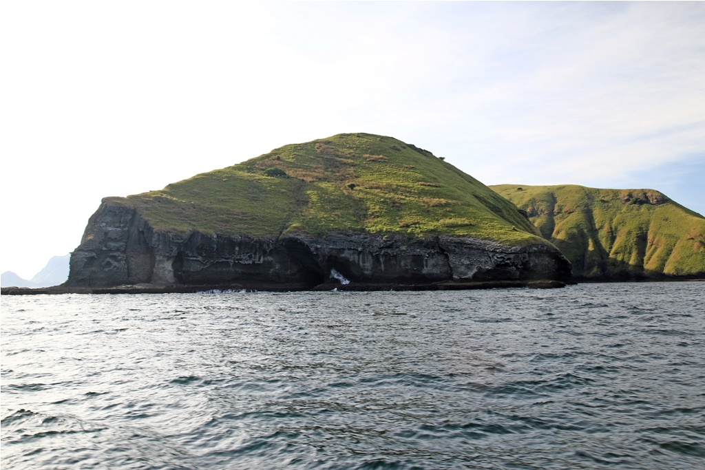 Pulau karang yang terkikis memperlihatkan lapisan batuan di dalamnya