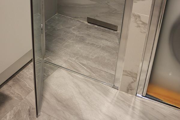 Doccia incassata nel muro - Piatto doccia raso pavimento ...