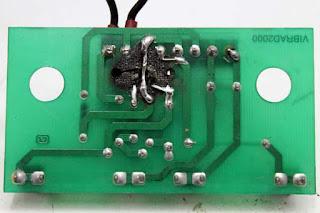 Esta plaqueta sufrió un accidente por un corto circuito, el circuito fue restaurado a partir de un puente improvisado.