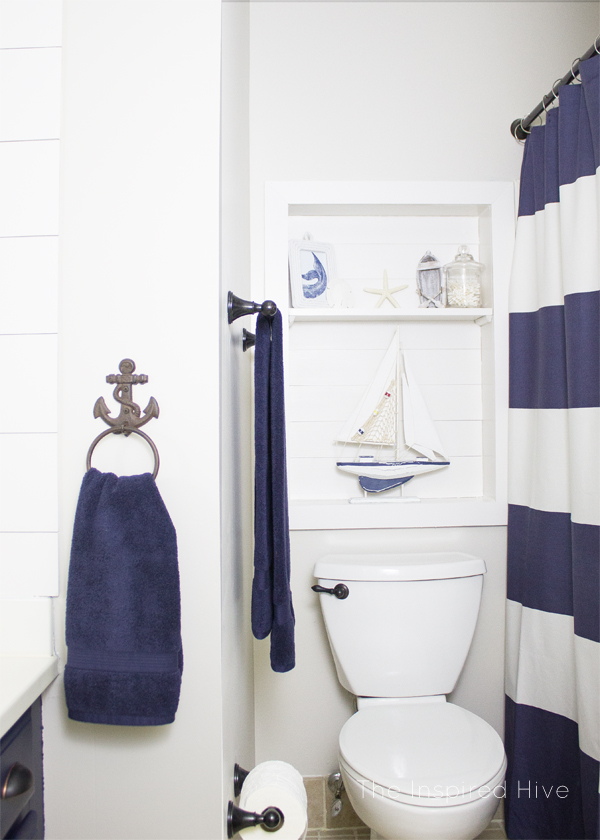 I love all of the accessories and decor ideas in this nautical bathroom makeover!