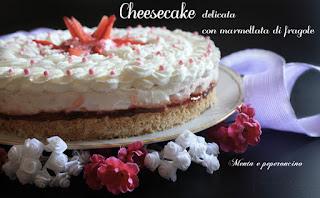 Immagine del dolce Cheesecake delicata con marmellata di fragole di Ivana Ballarini del blog Mentaepeperoncino