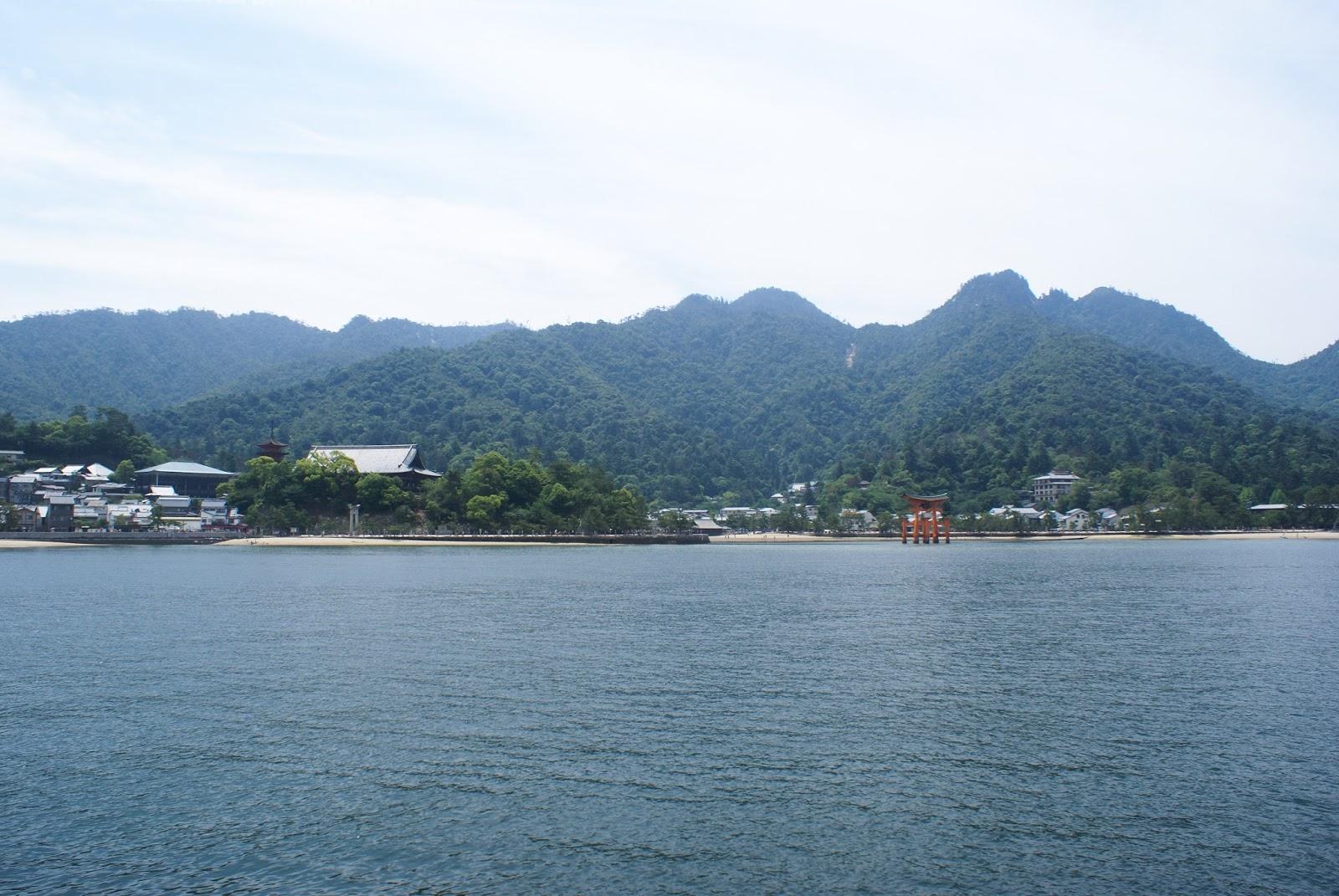 torii miyajima itsukushima japan seto