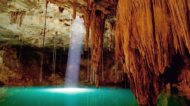 Stalactieten in een grot met water