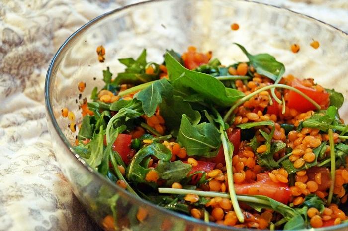 Rote-Linsen-Salat mit Rucola und Tomaten