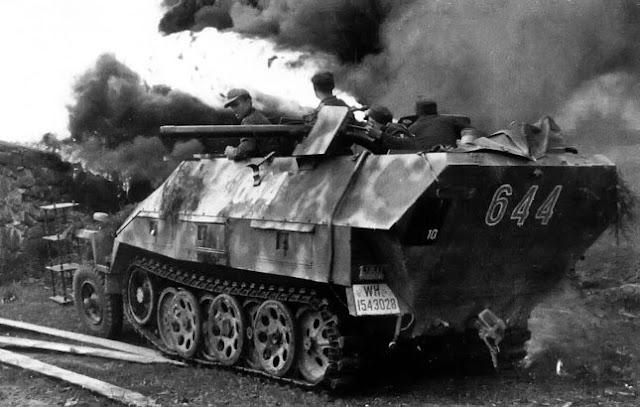 Самоходный огнемет Sd. Kfz 251/16 Ausf. D в городском бою, 1944 год