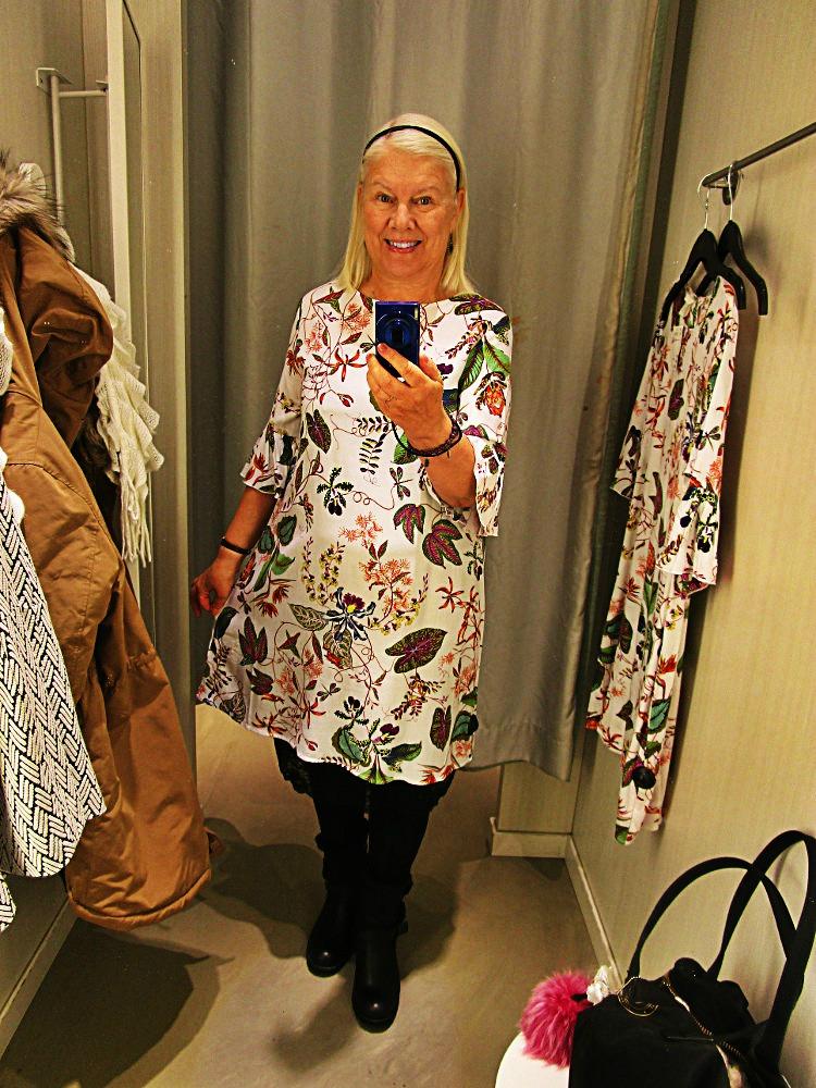 10161f274ed7 Riktigt fin blommig klänning, H&M. Satt jättebra på. Avskuren i ryggen,  knappar. Storlek 40. Dock slutsåld i webshopen. Fanns i flera storlekar på  H&M ...