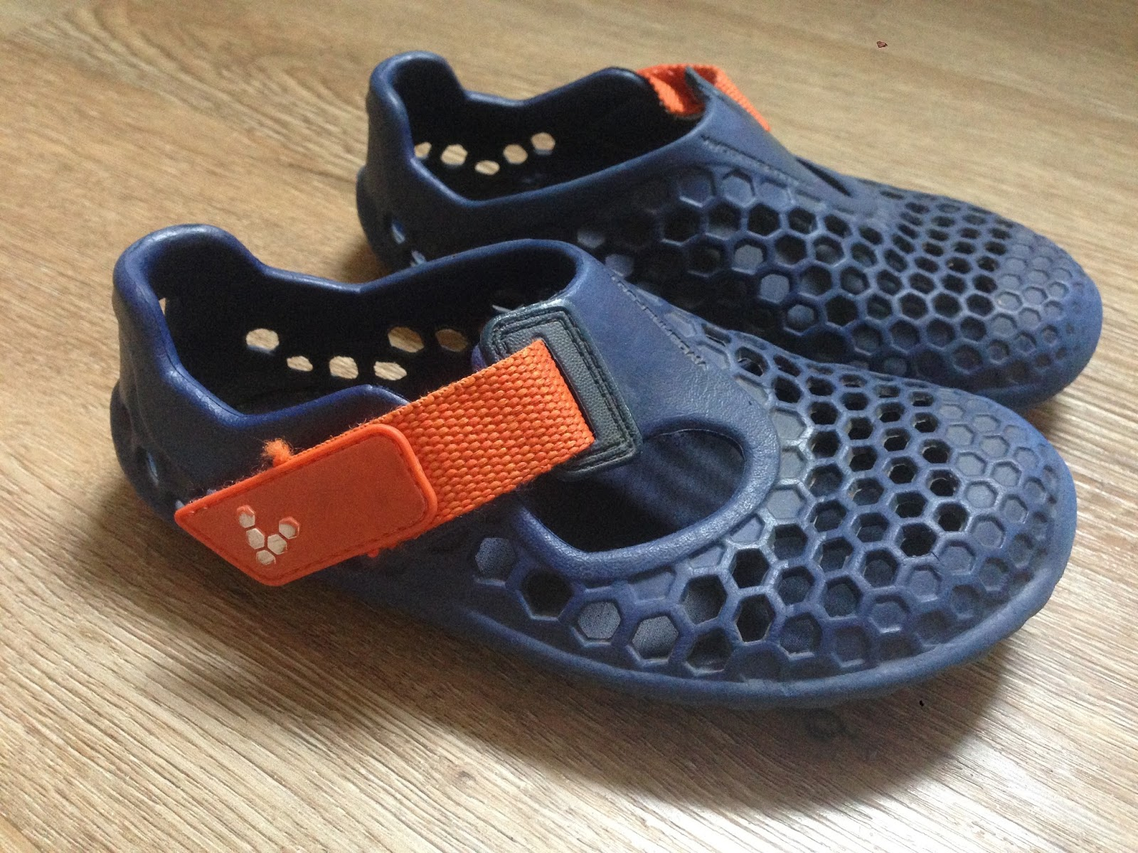 cc4acb0bb427 Po celosezónním nošení jsou gumové sandálky celkem v kondici