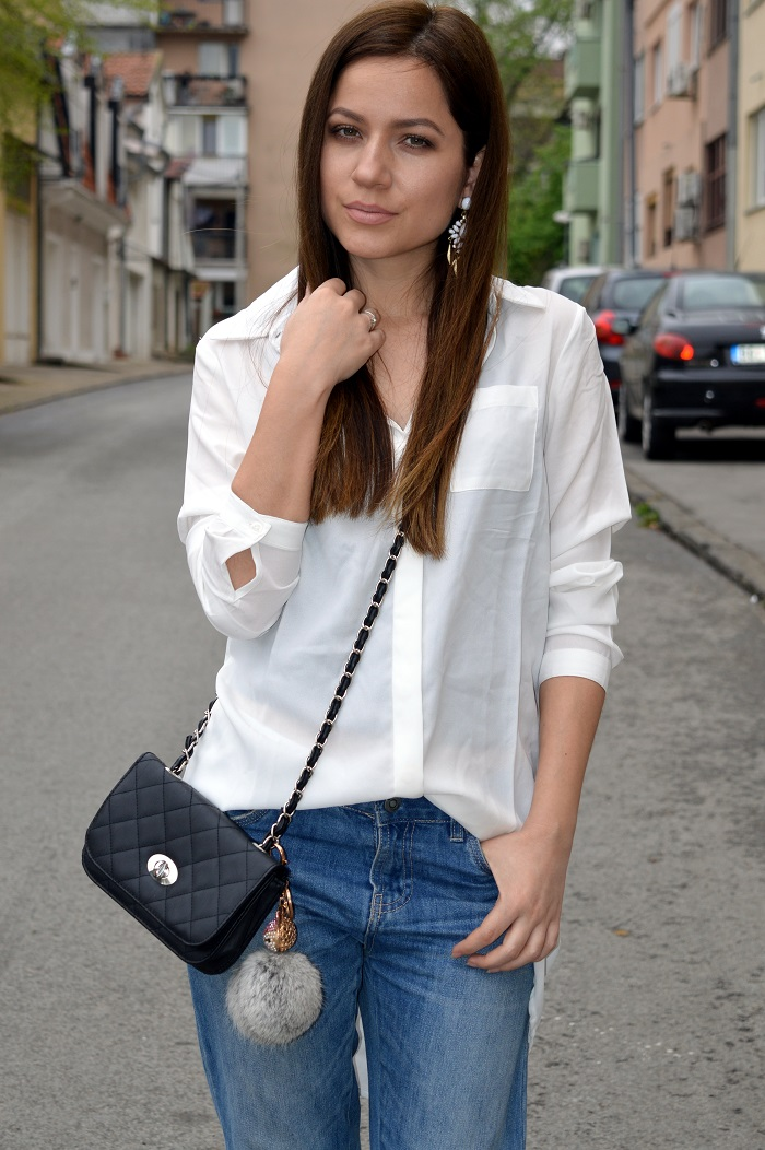 outfit, white shirt, terranova boyfriend jeans, cross body bag, black fringe sandals