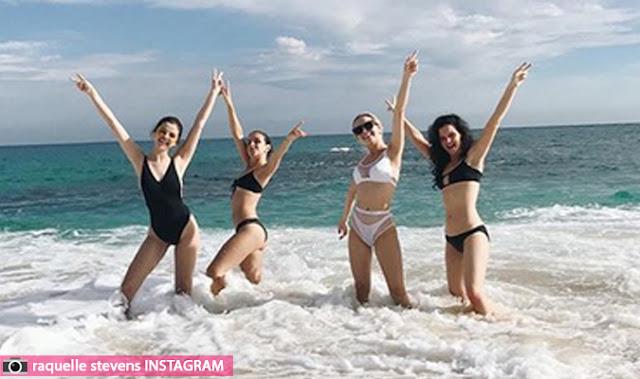سيلينا غوميز على الشاطئ مع صديقاتها في المكسيك