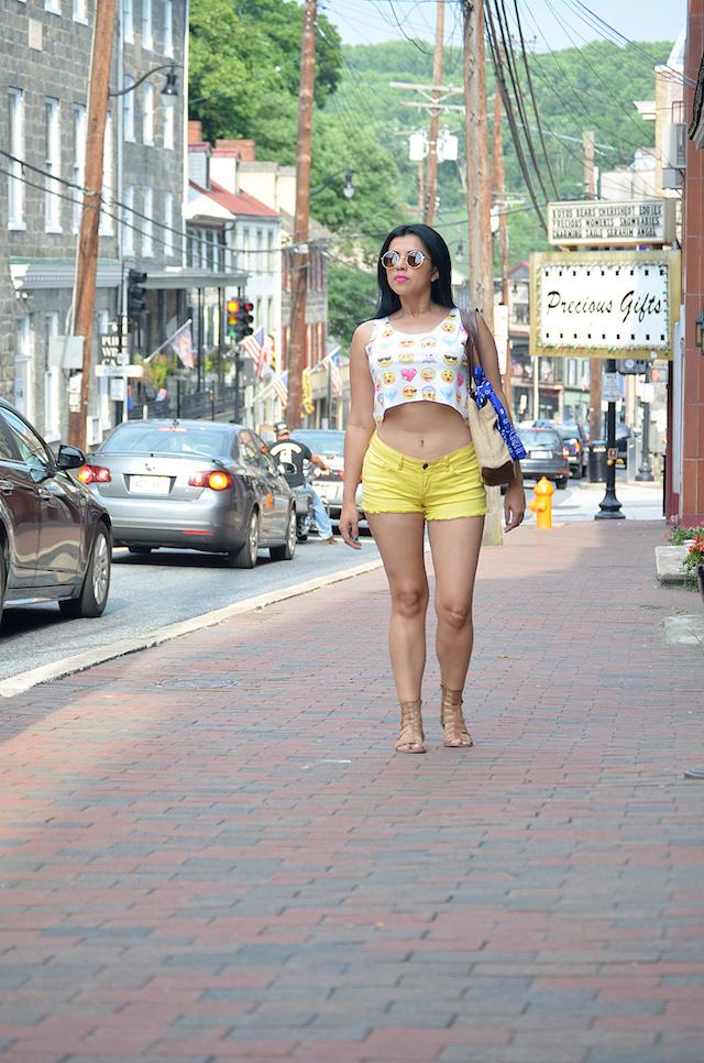Wearing: Tshirt/Camiseta: Lightinthebox  Bag/Bolso: TJMax Shorts/Pantalones cortos: JCPenney Gladiators Sandals/Gladiadoras: Charlotte Russe