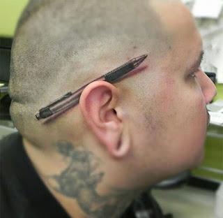 tatuaje oreja boligrafo