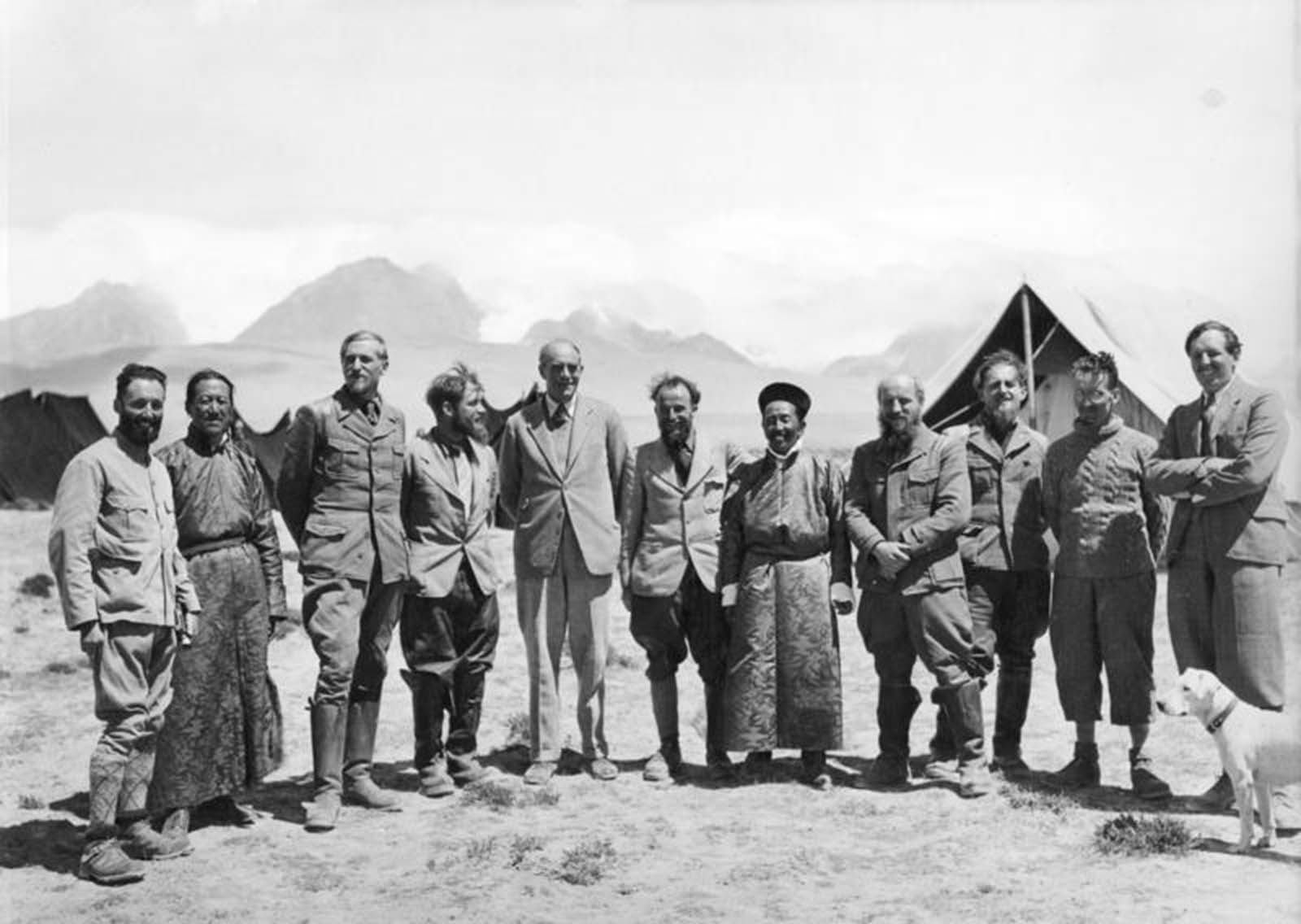 The entire expedition, with Sir Basil Gould.