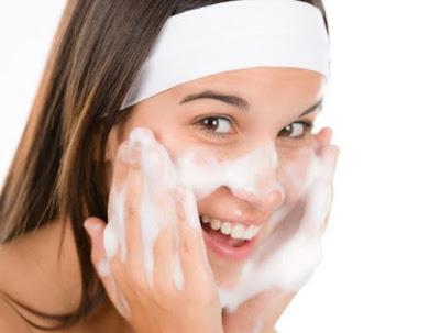 Langkah Urutan Membersihkan Kulit Wajah dengan Cleanser Pagi dan Malam