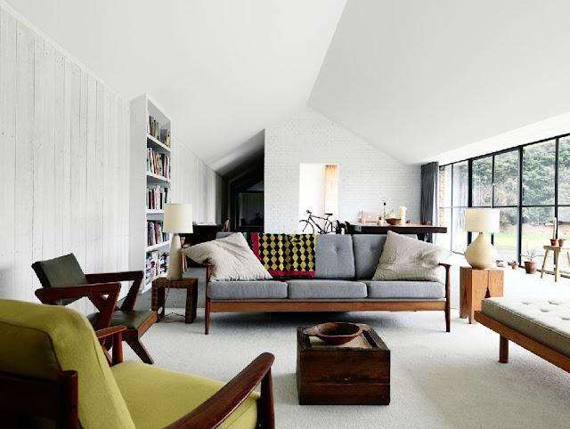 An old horse barn gets a modern design kick nbaynadamas for Living moderni