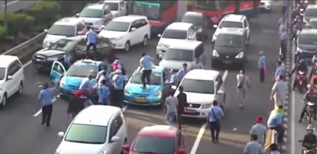 Aksi Demo Sopir Taxi yang Berujung Ricuh dan Brutal Dua Mobil Taxi Blue Bird Dihancurkan di Tengah Jalan.