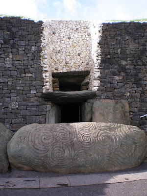 1_Bild_Newgrange-trippelspiral.jpg