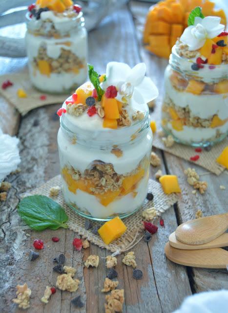 Délicieux Parfait Mangue,Coco et Granola Végétalien / Delicious Vegan Parfait Mango Coconut and Granola