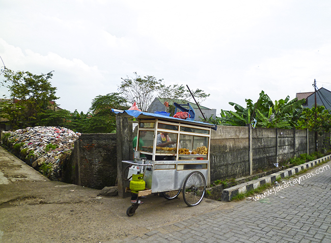 Vendedor ambulante de frituras en Yakarta
