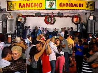 personas bailando en salón rancho garibaldi en desamparados, parejas bailando salon de baile