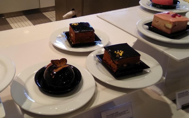 bijenkorf Rotterdam cakes butterfly chocolate gold
