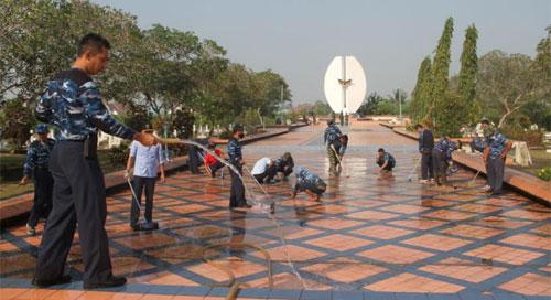 BERSAMA : Taman Makam Pahlawan Dharma Patria Jaya Rabu (15/8) menjadi tempat aksi bersih bersih yang dilakukan para Personil TNI AU Supadio. Photo dari Kepala Penerangan Pangkalan TNI AU Supadio