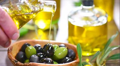 Minyak zaitun atau minyak olive (bahasa Inggris:Olive oil) adalah minyak yang didapat dari buah zaitun (Olea europaea), pohon tradisional dari basin Mediterania. Tanaman Zaitun banyak ditemukan di kawasan Mediterania seperti di Timur Tengah, Italia, Spanyol, Yunani, dan negara lain di sekitarnya. Khasiatnya bagi kesehatan sudah dikenal sejak zaman lampau.