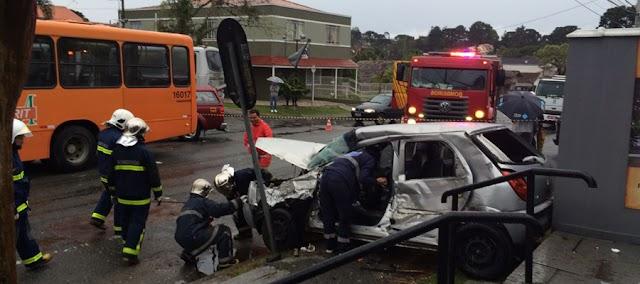 Carro fura preferencial e bate em cheio contra ônibus; motorista ficou preso nas ferragens