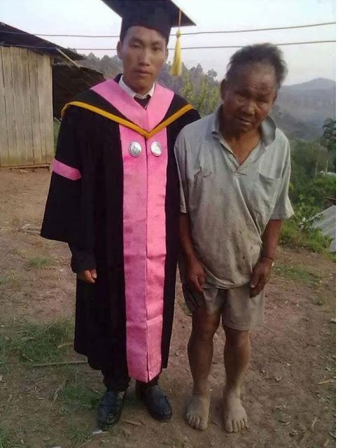 طالب بعد تخرجه من الجامعة برفقة أبيه المزارع البسيط
