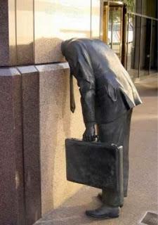patung kepalanya masuk ke dalam dinding