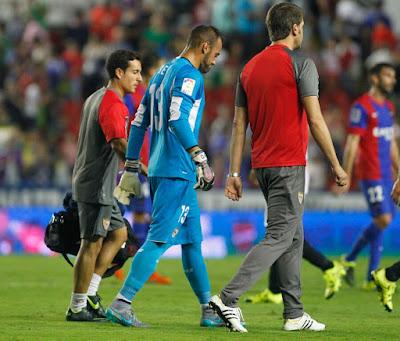 El luso Beto se lesionó en septiembre de la rodilla y el quinteño Sergio  Rico se convirtió en el portero titular del Sevilla FC. a97bf50412abf