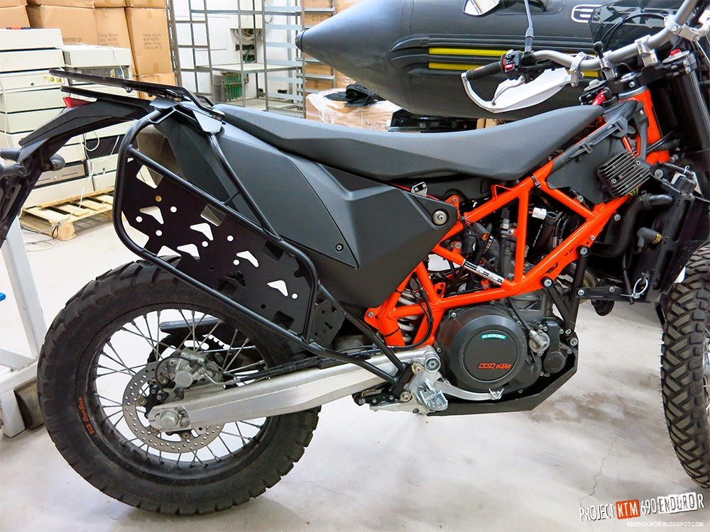 project ktm 690 enduro r: installing the rally raid soft luggage