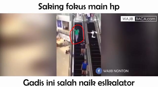 Konyol! Akibat Terpaku Pada HP, Gadis Ini Tak Pernah Sampai Ujung Eskalator