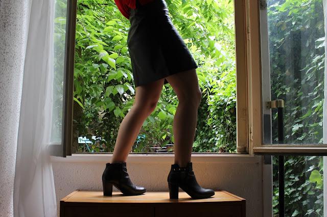 Ootd d'un look faussement streetwear avec jupe simili-cuir Zara et bottines Minelli
