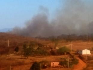 Incêndio de grandes proporções devasta grande área rural de Itaporanga há dias...