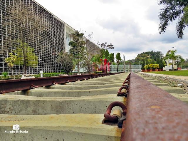 Vista artística da Escultura Trilhos Urbanos - ALESP - São Paulo