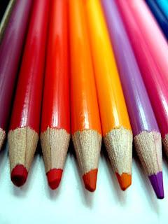 Diversidad sexual representada en varios lápices de colores