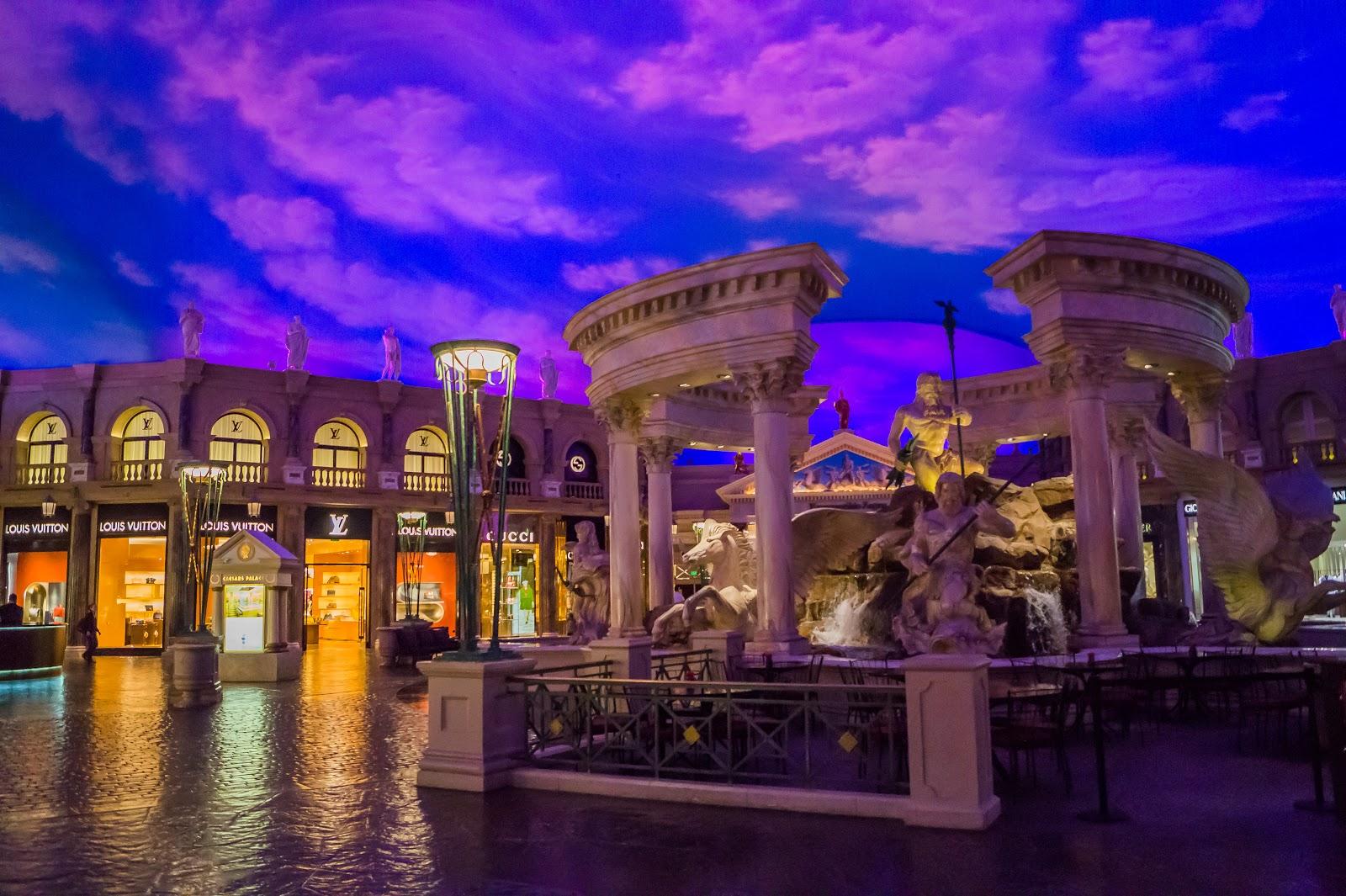 Сам торговый центр занимает огромную территорию и имитирует европейские улочки