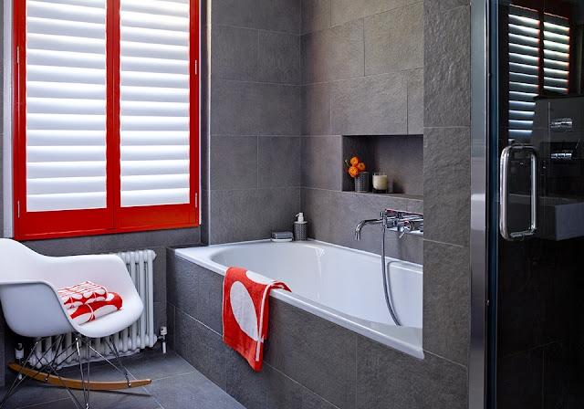 Okiennice wewnętrzne biało czerwone w łazience