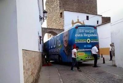 Autobús enganchado portal Belmonte de San José, Teruel