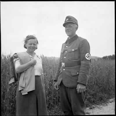 Mutter und Sohn? - der Sohn in Uniform mit Hakenkreuzarmbinde