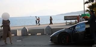 Ελληνίδα ρίχνει χυλοπίτα σε Έλληνα άλλα μόλις βλέπει την Lamborghini αλλάζει γνώμη