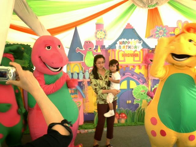 Badut barney n friends di event ulang tahun anak Artis Desi Ratnasari