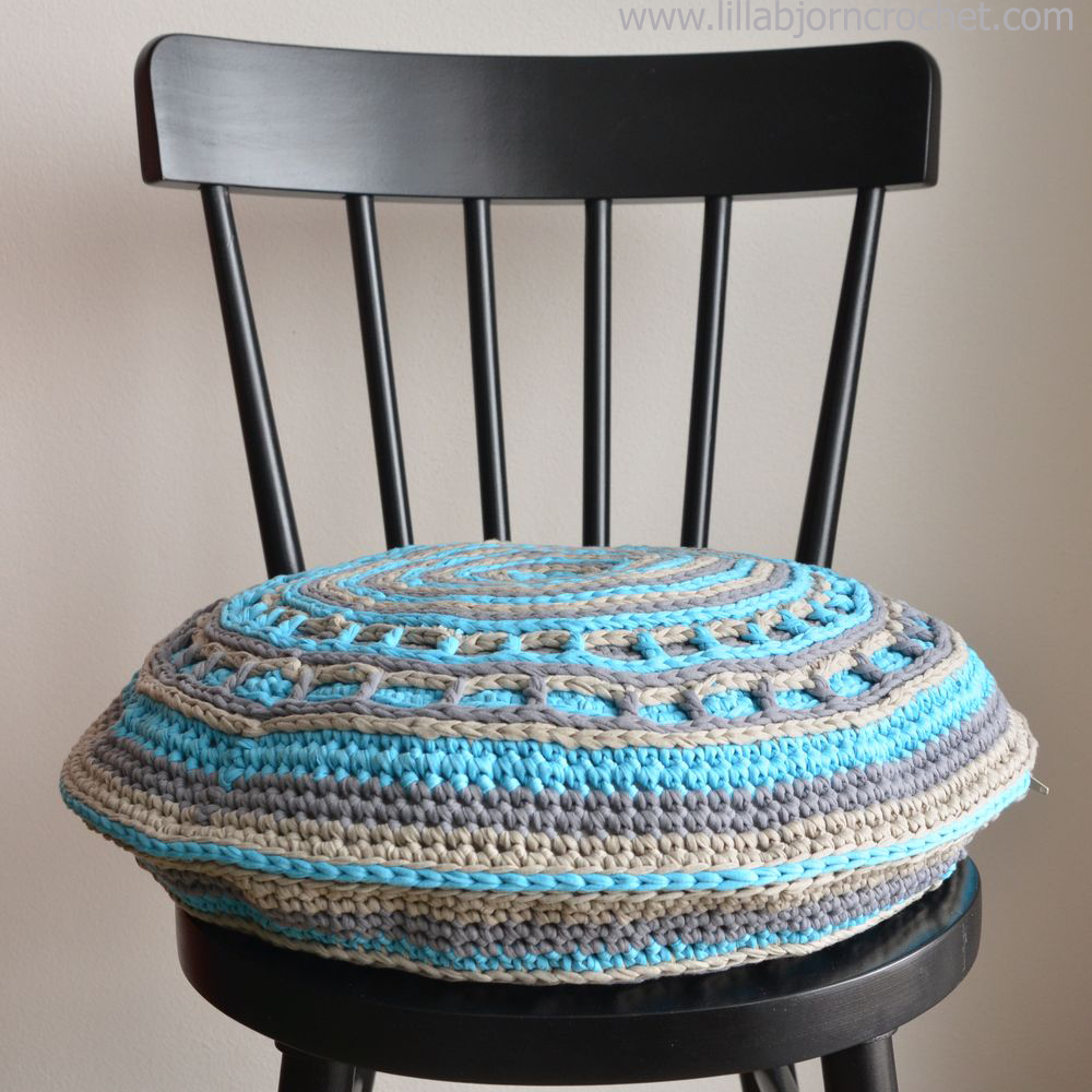 UFO pillow - free crochet pattern by Lilla Björn. With this easy to follow pattern you will get acquainted with basics of overlay crochet and will learn how to make Camel stitch