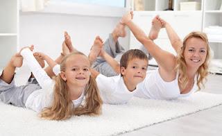 """<img src=""""ejercicio-en-familia.jpg"""" alt=""""cómo hacer una rutina de ejercicio en casa apta para toda la familia"""">"""