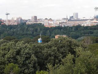 El Teleférico sobrevuela las copas de los árboles y ofrece excelentes vistas del perfil de Madrid