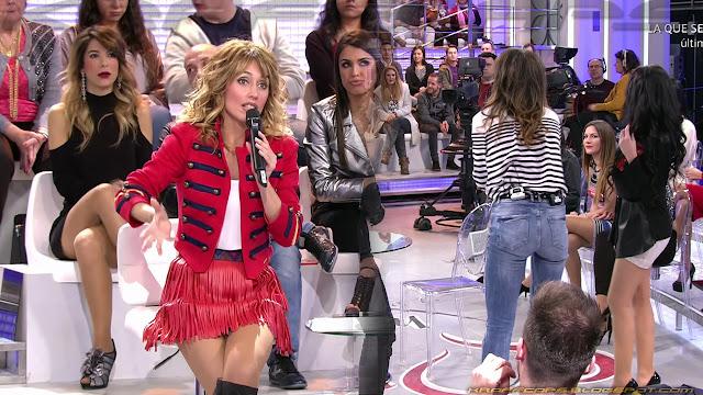 Emma García en minifalda roja y Nagore Robles marcando culo en vaqueros