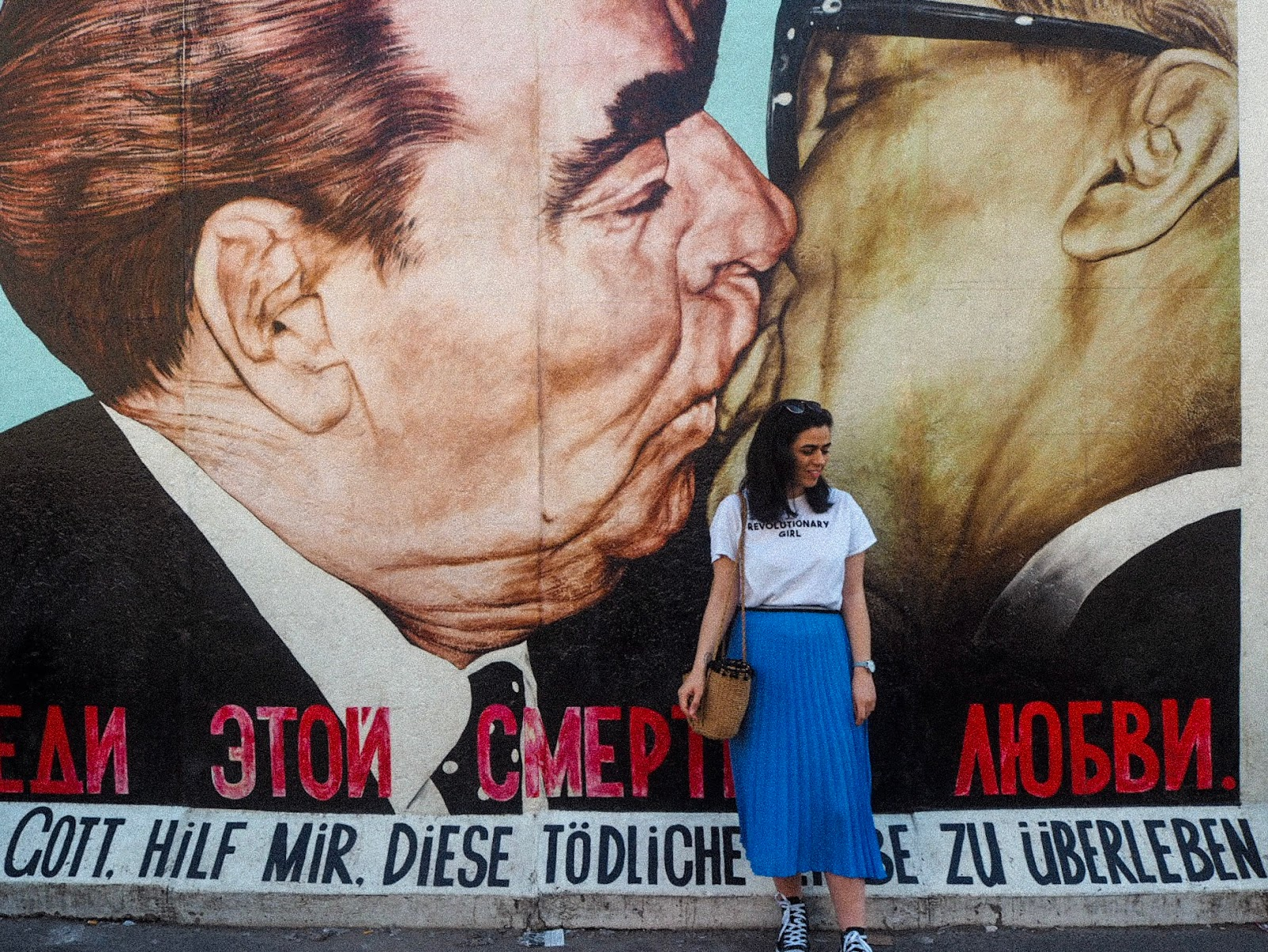 kissing art on berlin wall