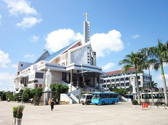 Chánh điện nhà thờ Tắc Sậy